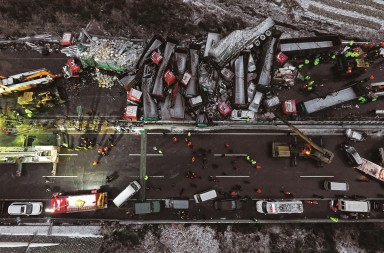 (161121) -- YUXIAN, Nov. 21, 2016 (Xinhua) -- Photo taken on Nov. 21, 2016 shows the collision accident site in Yuxian County, north China's Shanxi Province. A collision accident involving 37 vehicles on the Pingyang section of the Beijing-Kunming Highway in Shanxi Province on Monday killed 4 people and injured 40 others.  ©Xinhua / Zhan Yan / Contacto